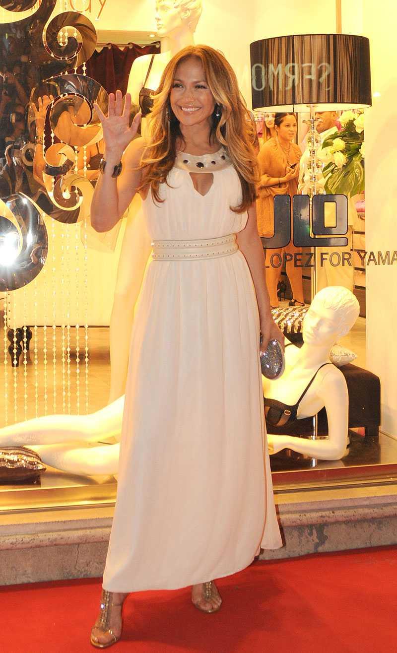 Jennifer Lopez är läckert sommarsnygg under pressträffen där hon visade sin nya underklädeskollektion.