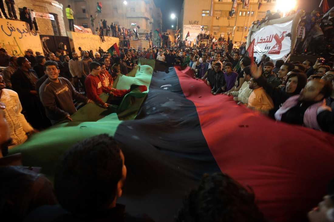 JUBLAR PÅ GATORNA I Benghazi togs beslutet från FN emot med jubel på stadens gator. Gaddafimotståndare firade med att skicka upp luftvärnsgranater och skjuta i luften och de gamla libyska flaggorna höjdes överallt.
