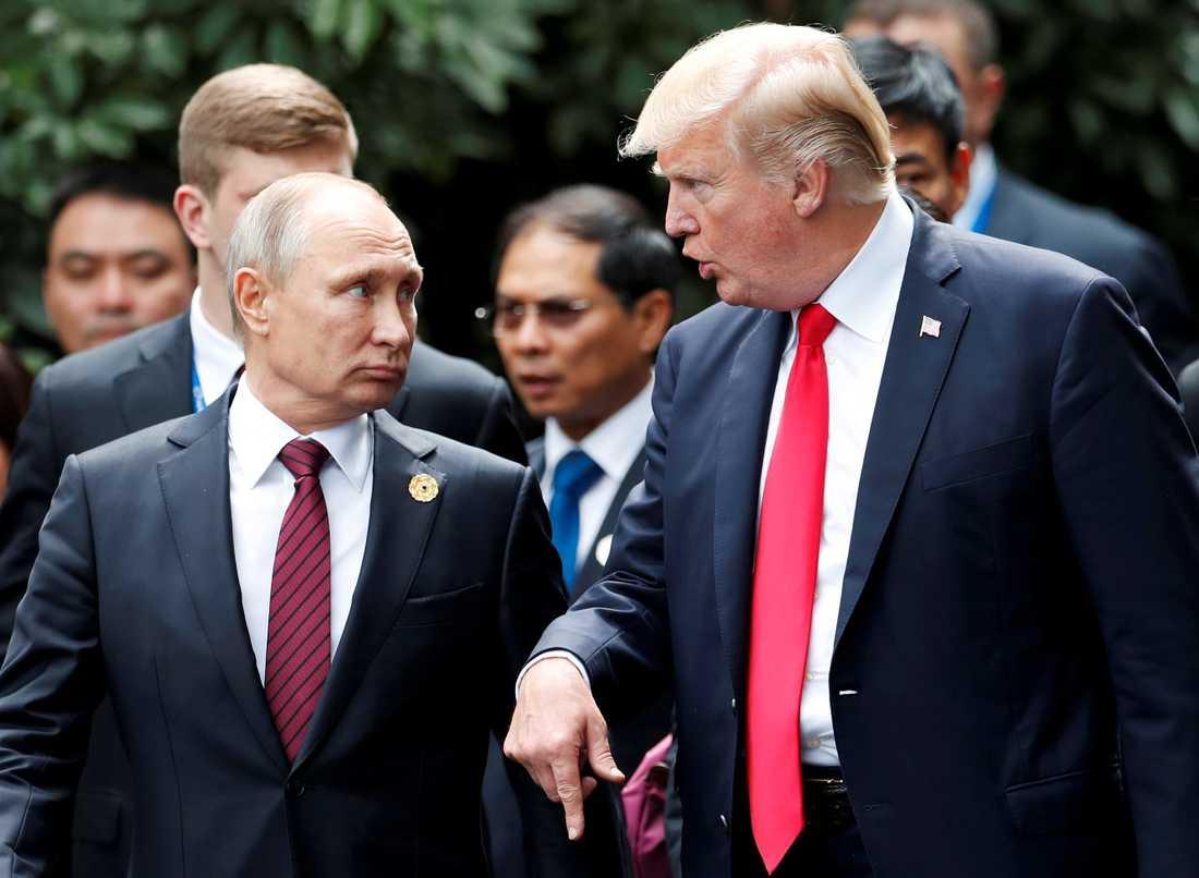 Demokraterna kräver att Donald Trump ska ställa in mötet med Rysslands president Vladimir Putin i början av nästa vecka.