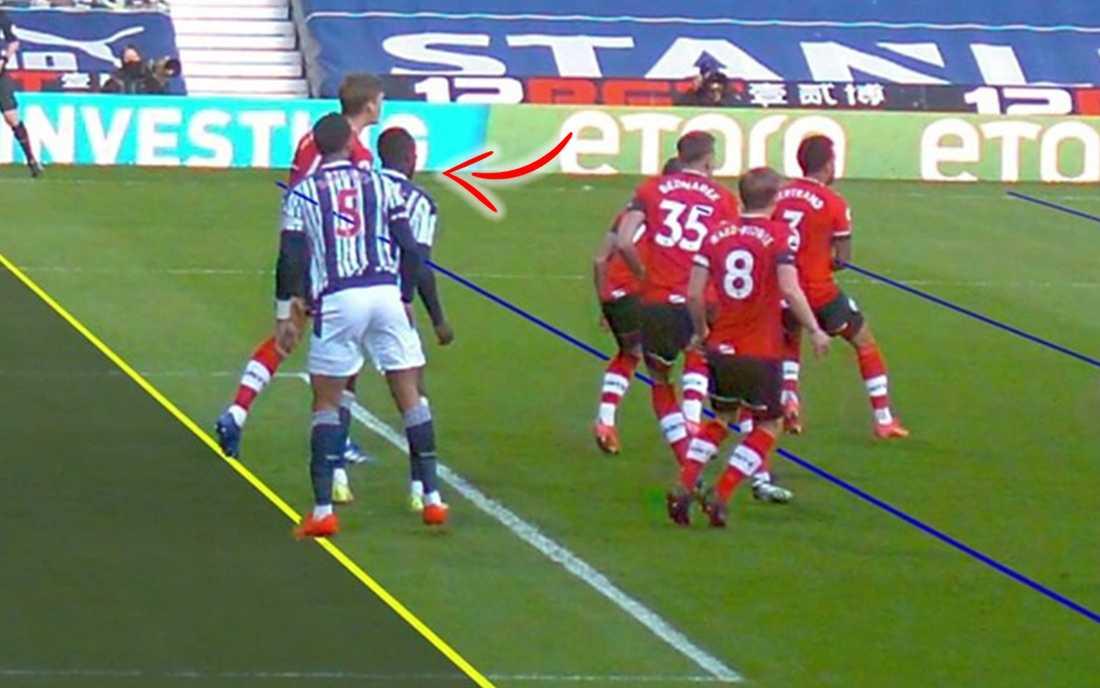 Mbaye Diagne (pilen) bakom lagkamraten Kyle Bartley.