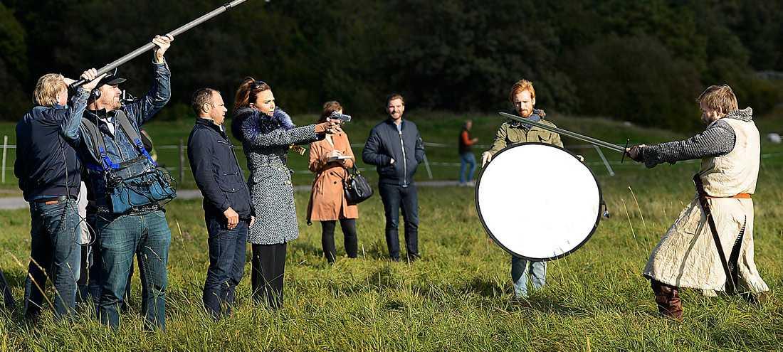 """Hela budgeten ryker när David Hellenius, Lena Olin och Joakim Nätterqvist spelar in premiärsketchen till """"Hellenius hörna"""". """"Det är påkostat, men kul att lägga ner lite krut och inte bara ta på sig en sned peruk"""", säger David Hellenius. Foto:"""