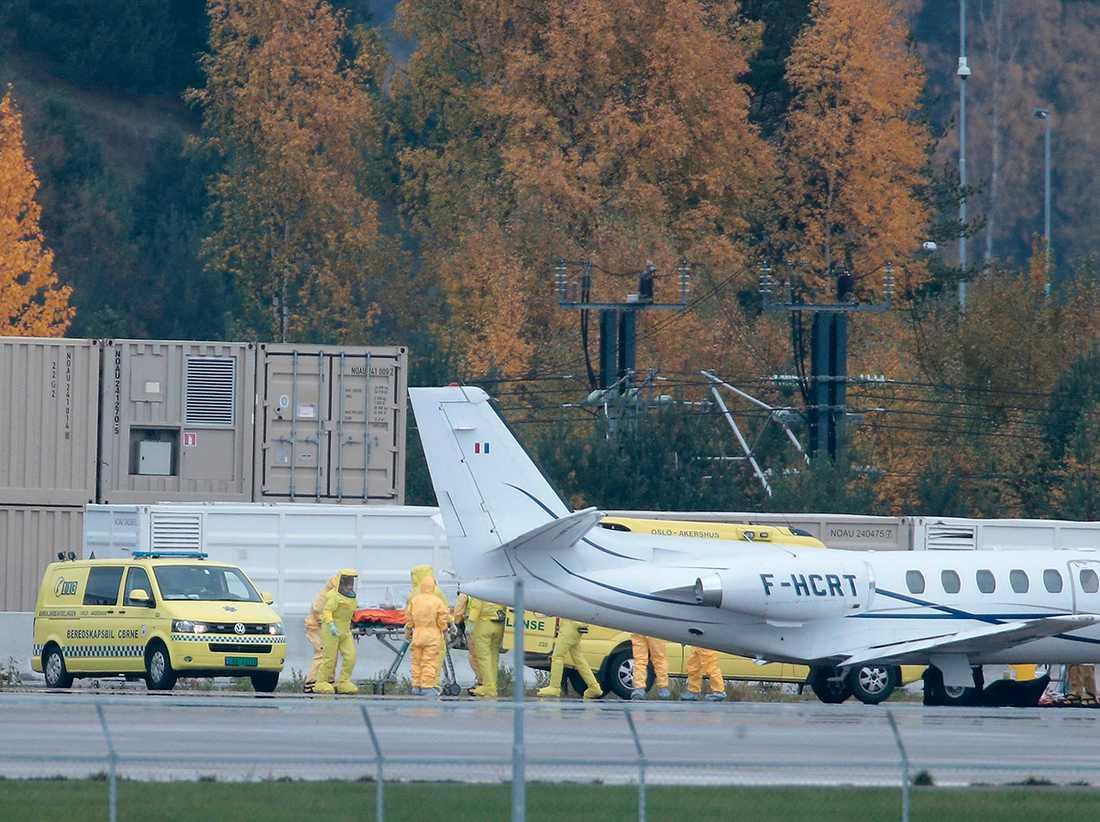 Den norska ebolasmittade kvinnan anländer med flyg till Oslo.