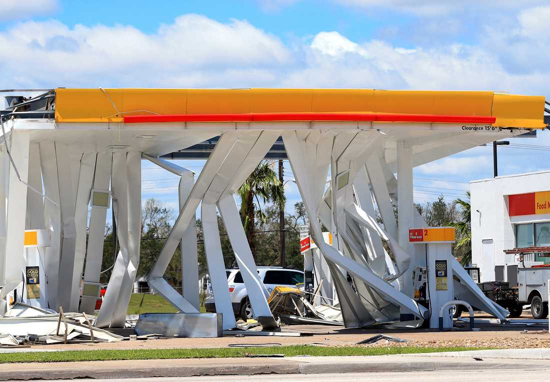 En bensinstation i Refugio, Texas, har slagits ut av monsterovädret Harvey.