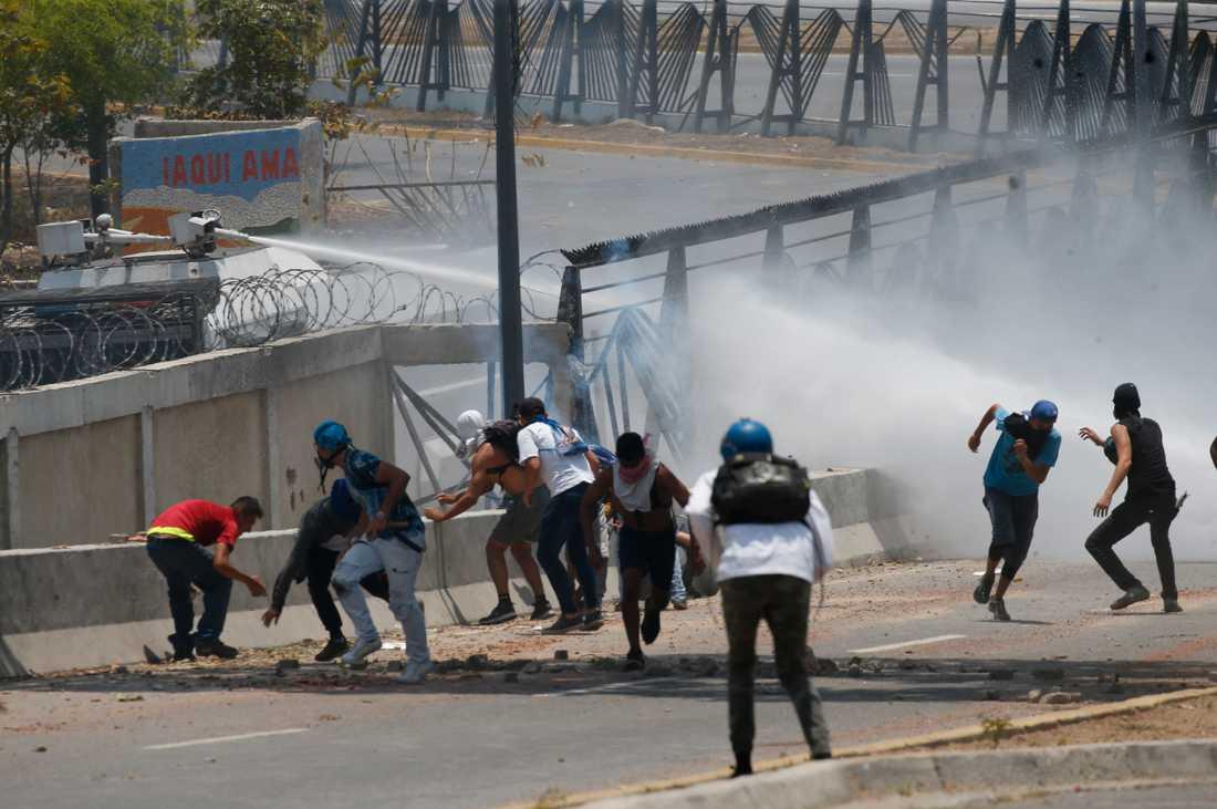 Demonstranter i kamp mot säkerhetsstyrkor i Venezuela under onsdagen.