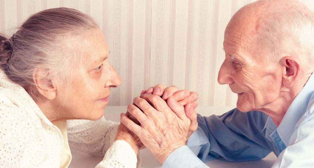 Kvinnor tvingas vårda sina äldre makar.