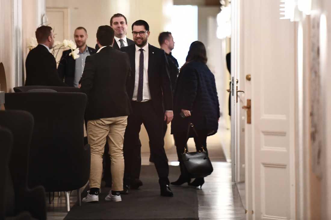 Jimmie Åkesson (sd) på väg in till talman Andreas Norlén.