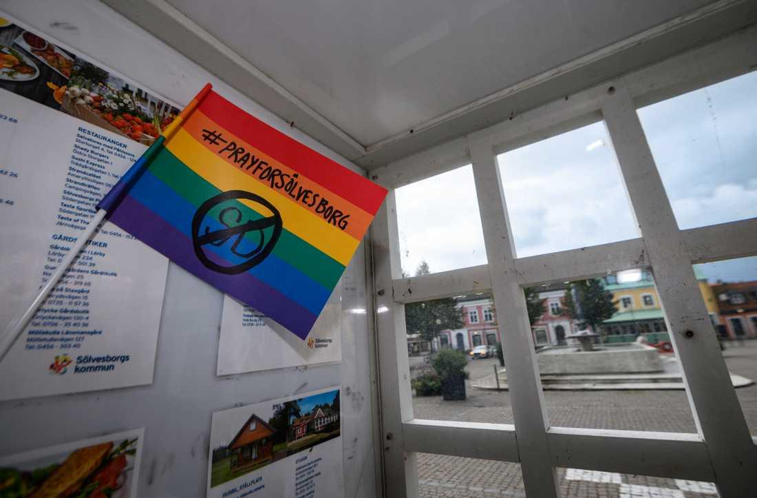 En ögonblicksbild från torget i Sölvesborg. Frågan om prideflaggan delar staden.
