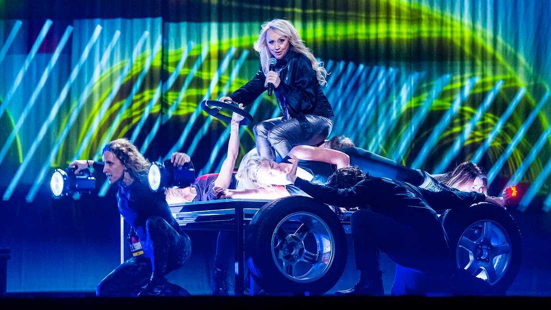 "Nanne Grönvalls ""bil"" på scen i ""Carpool karaoke""."