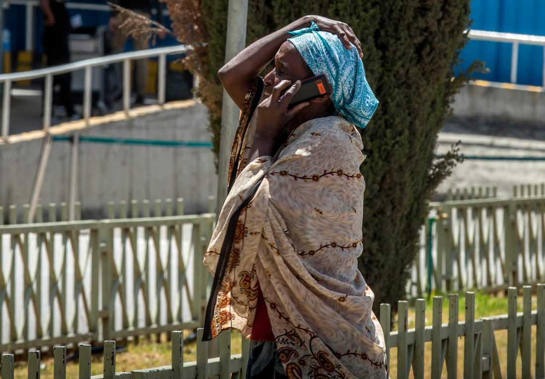 En kvinna i telefon på flygplatsen i Addis Abeba.