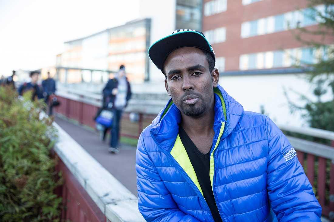 """Mohamed Rage, 20, kom till Sverige från Somalia för tre år sedan. """"Det fanns droger och alkohol på alla de boenden jag placerades på"""", säger han."""