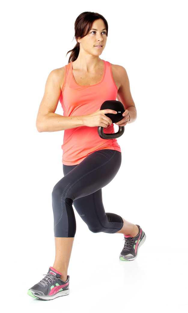 Vrid överkroppen och vikten över vänster ben. Tänk på att spänna magen och försöka hålla överkroppen upprätt under hela övningen. Vrid tillbaka och återgå till start. Jobba växelvis med benen och rotationen i 45 sekunder.  Tränar: Ben, rumpa och bål. Tips! Inga vikter? Fyll en stor flaska med vatten.
