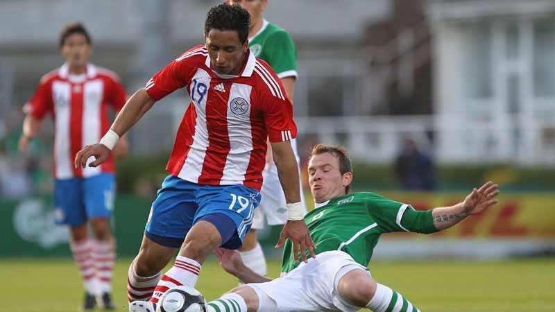 Lucas Barrios Paraguay stötte på patrull mot Irland.