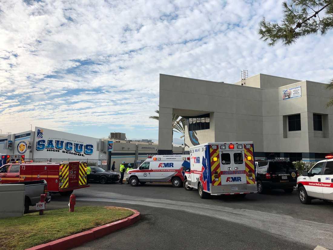 Ambulanser utanför Saugus High School.