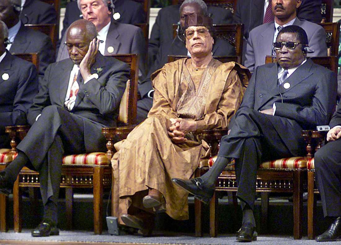 Gaddafi på toppmöte 2001 i Kairo, där statsöverhuvuden från 15 Eu-länder och minst 20 afrikanska ledare träffades. Gaddafi uppvaktade ofta stater runt om i Afrika och framställde sig som språkrör för afrikanska intressen. Gaddafi sitter här tillsammans med Daniel Arao Moi, Kenya, och Gnassingbe Eyadema från Togo.