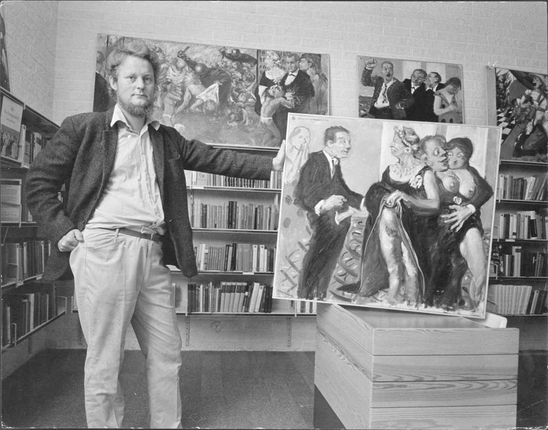"""Peter Dahl framför målningen """"Liberalismens genombrott i societeten"""" som orsakade den så kallade """"Sibyllaskandalen"""" 1971."""