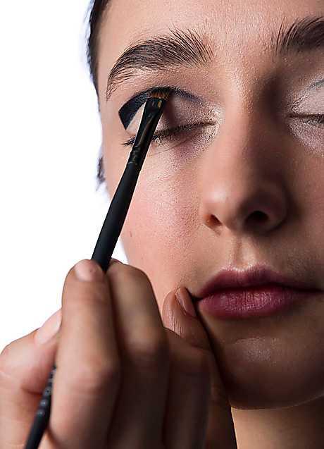 4. Med hjälp av en snedställd borste tonar du sedan ihop eyelinern och skuggan med varandra. Avsluta med att ge fransarna lite färg med en svart mascara – men var sparsam med volymen!