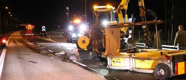 Trafikolycka på motorvägen E18, lastbil har kört in i gräsklippare vid Upplands-Bro som trimmade vägrenen.