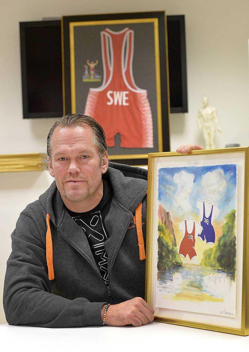 Jonas Ljungberg med Mikaels målning.