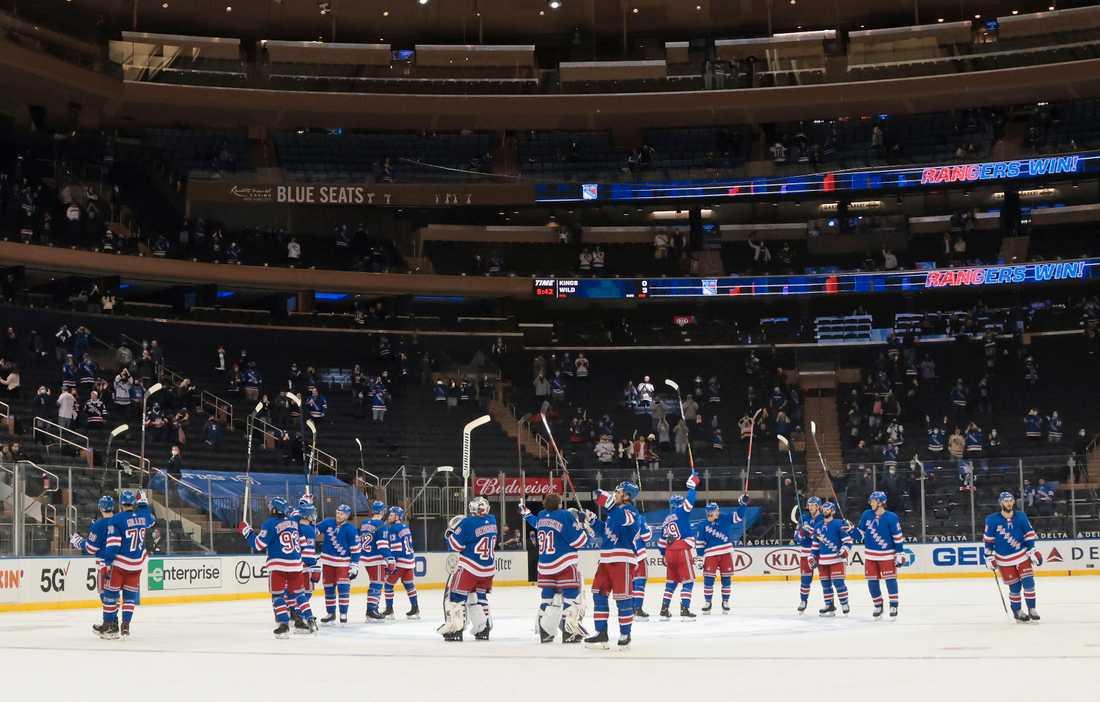 Rangers-spelarna tackar publiken.