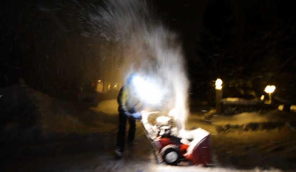 Här sprutar Folksam-chefen snö på Aftonbladets team när han får frågor om det hemliga registret.
