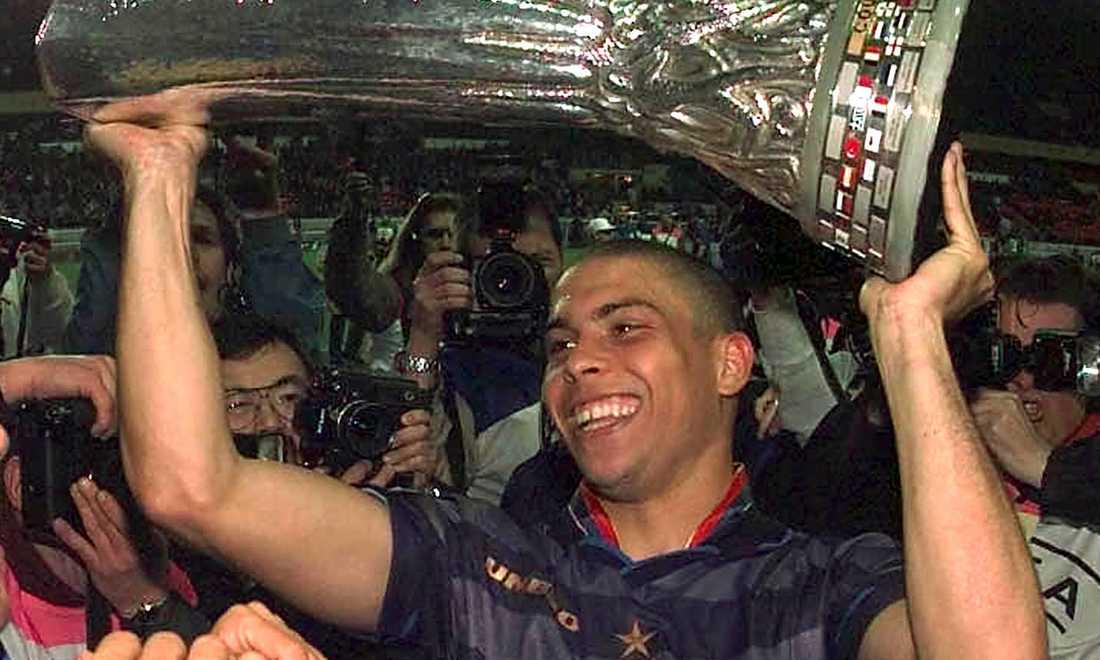 Ronaldo med Uefacupbucklan efter Inters seger mot Lazio. Matchen den 6 maj 1998 slutade 3-0 till Milanoklubben.