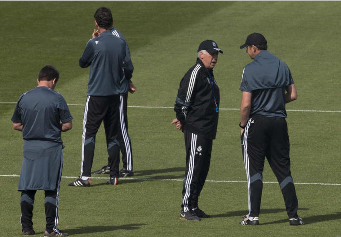 Paul Clement, till höger, i samtal med Carlo Ancelotti.