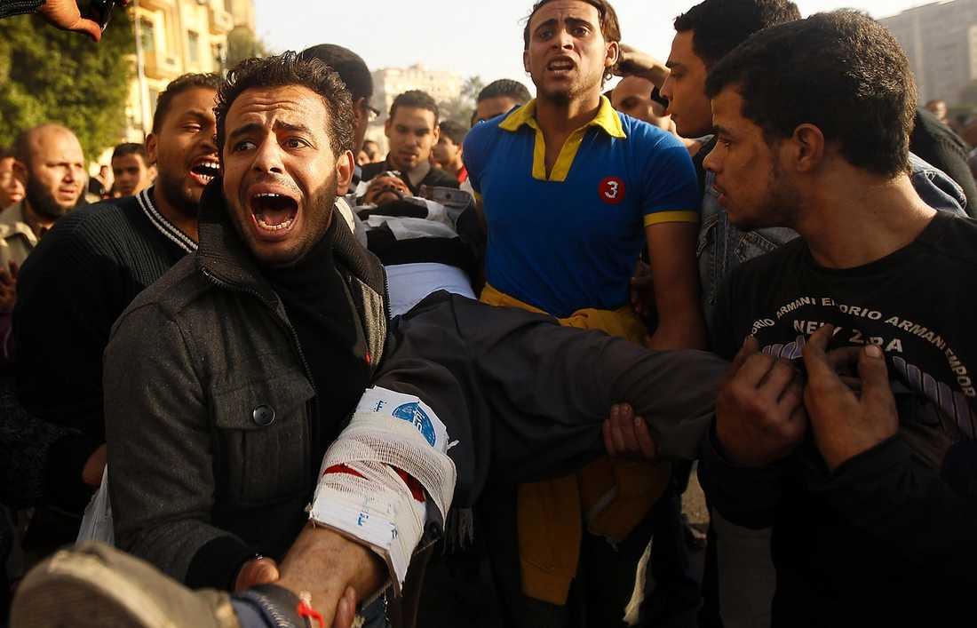 En svårt skadad man förs bort från Tahrir-torget. Foto: YANNIS BEHRAKIS/REUTERS