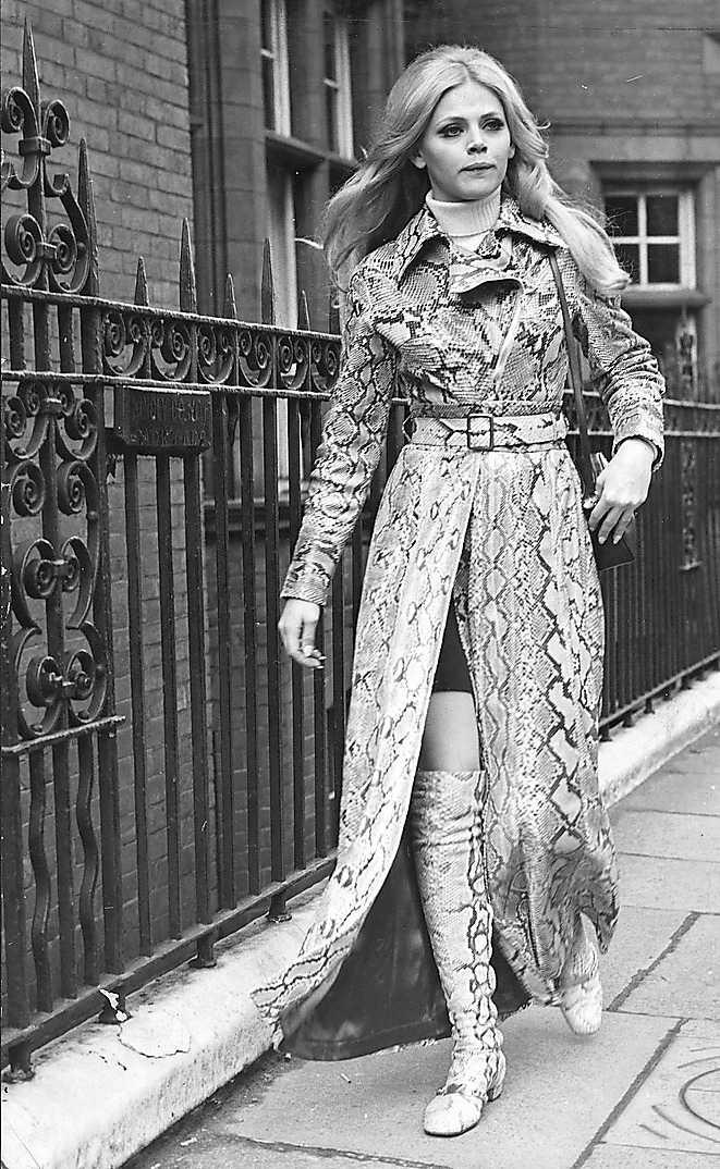 Britt Ekland 1970 PB: Så här extravagant kan bara en äkta stjärna klä sig. Britt Ekland ser så cool ut  i den här kappan att jag skulle vilja tapetsera väggen hemma med den här bilden.  NJ: Så cool! Britt klär sig som en stjärna, inte så konstigt eftersom hon ju är en. Dessutom hängde hon på den här tiden med de som var coolast i världen – klart att hon vågade köra på lårhöga stövlar och fotsid  kappa.