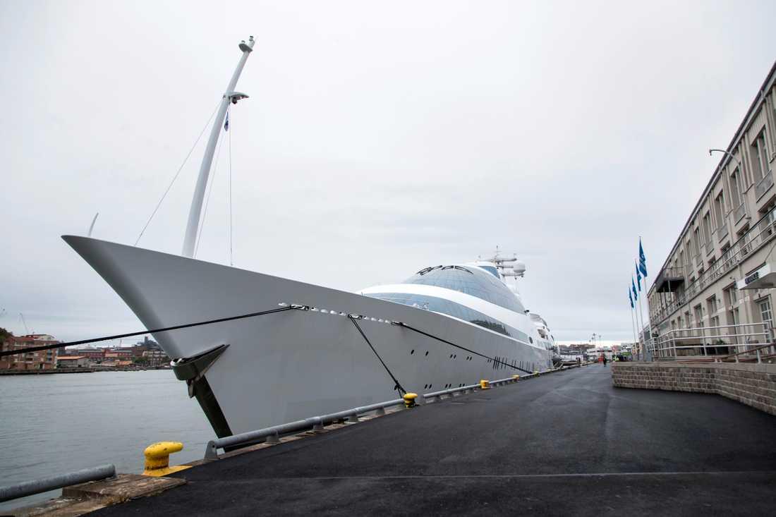 YAS byggdes till en början som ett nederländskt örlogsfartyg men ett varv i Abu Dhabi byggde om den till en lyxyacht. Nu på besök vid Amerikaskjulet i Göteborgs hamn.