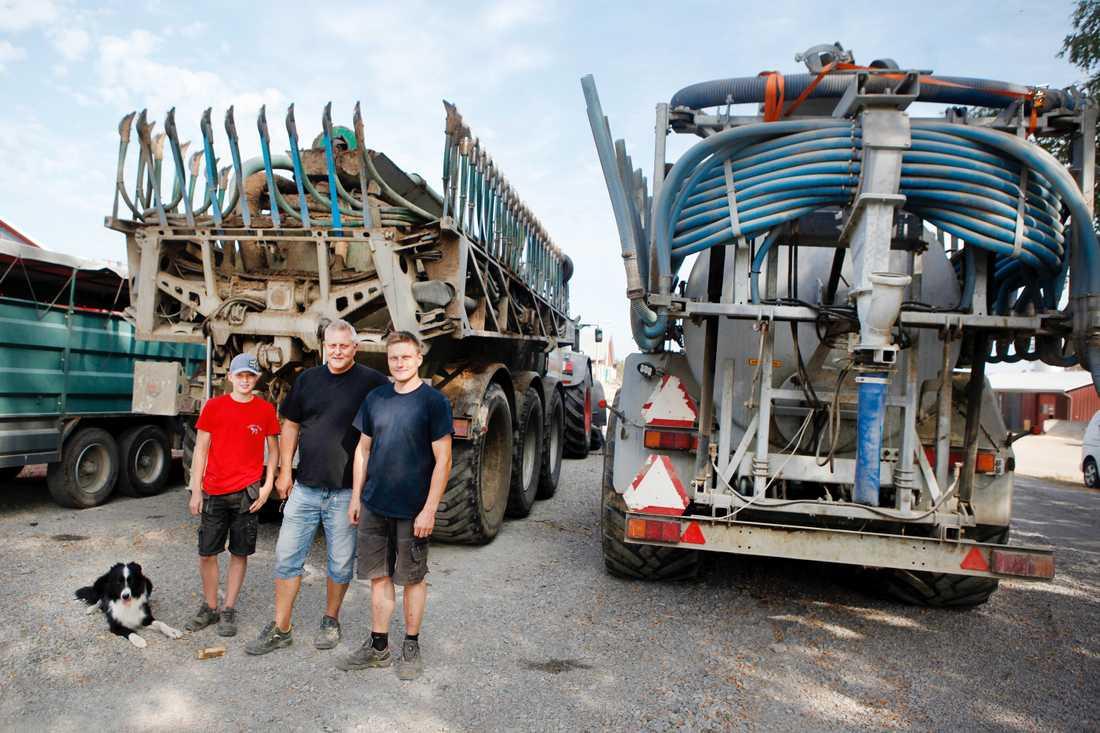 Sönerna Fredrik Hansson och Henrik Rosenqvist och pappa Janne Hansson på Vallens gård i Ljusdal. De hjälper till med att bevattna markområden med gödselmaskiner för att förebygga mot skogsbranden.