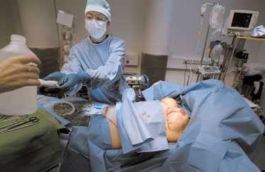De två Vanligaste ingreppen Doktor Lore Diab på Akademikliniken avslutar en större kombinationsoperation. Patienten har fått bukplastik, lyftning och förstoring av brösten.