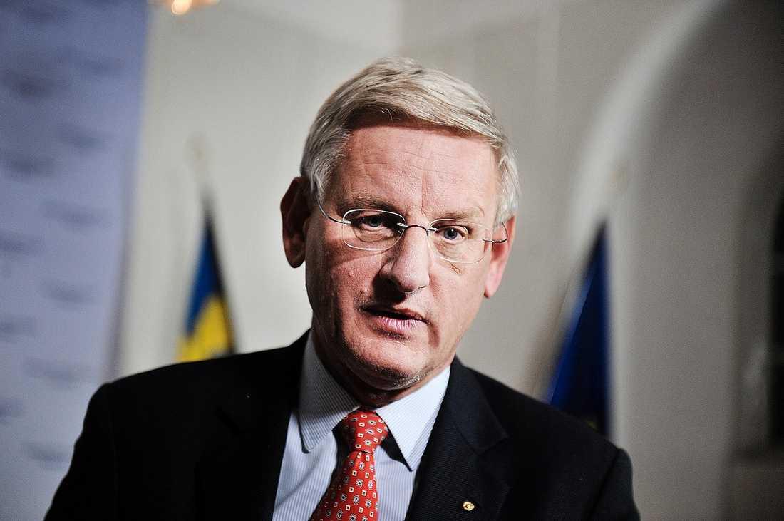 """Utrikesminister Carl Bildt har kritiserats för sitt uttalande om att det """"inte handlar om att stödja den ena eller andra"""" i Libyenkonflikten. Men han anser att uttalandet har feltolkats. Han ska ha syftat på klanledarna i oppositionen, inte konflikten mellan Gaddafi och folket."""