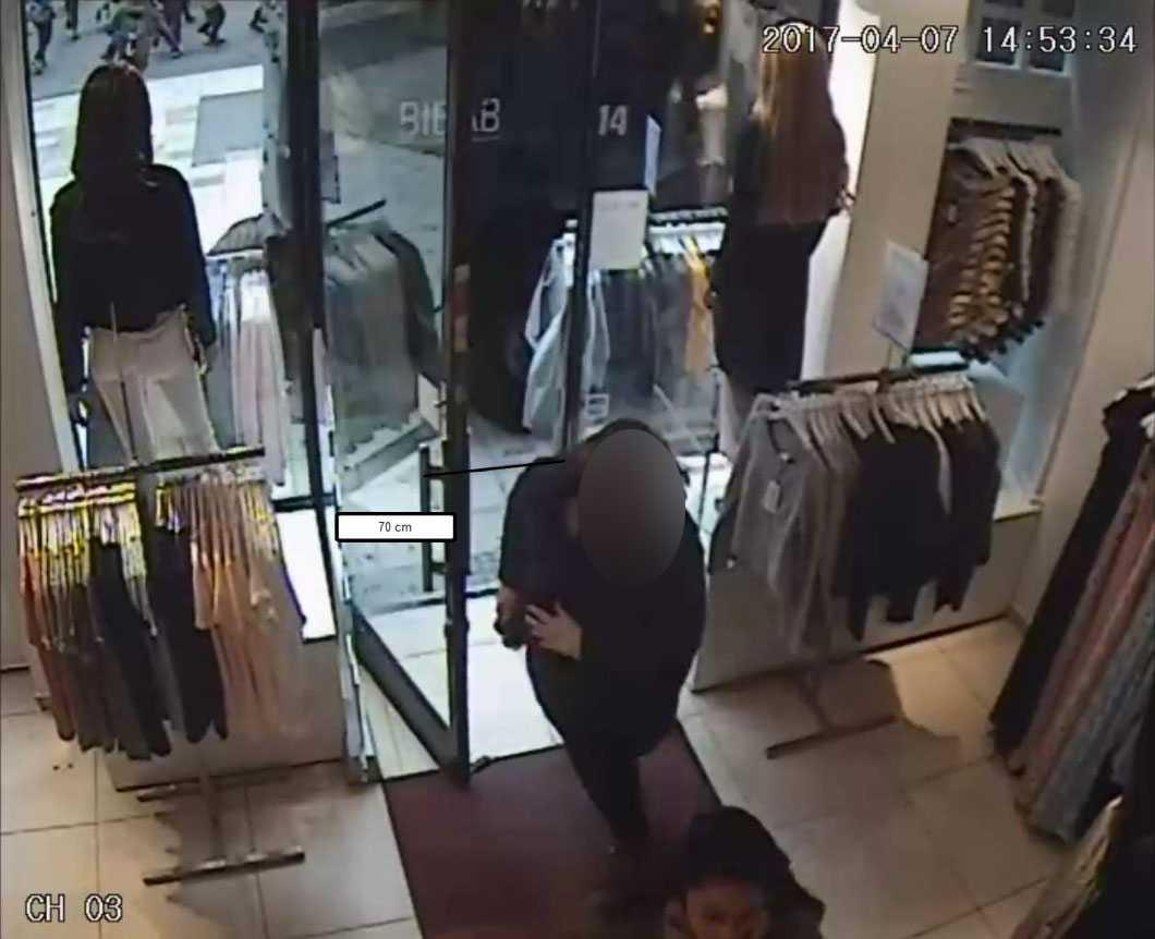 Övervakningskamera i butiken Salt, Drottninggatan 66. 14.53:34.