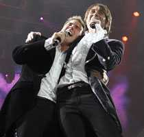 Comeback Gary Barlow och Mark Owen i Take That ute på turné i England.