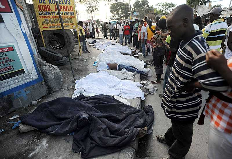 offren ligger uppradade Längs gatorna radas alltfler offer för jordbävningen upp. – Jag har snubblat över lik på gatorna, säger svensken Andreas Holmström.