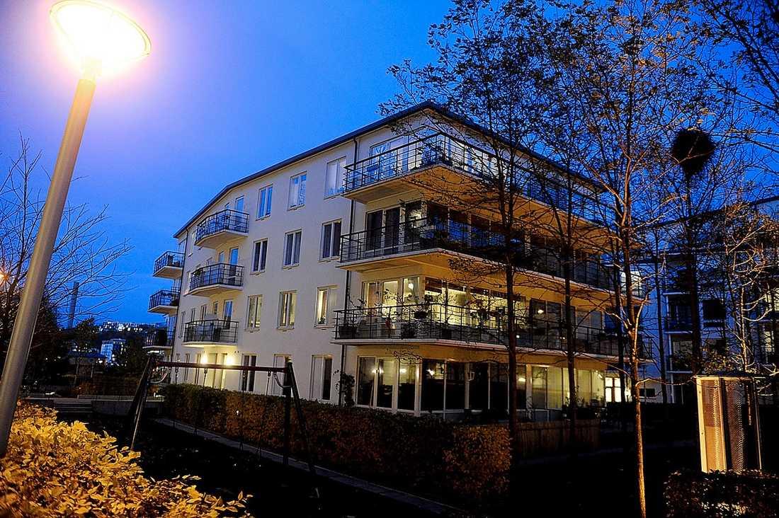 2,8 MILJ  Tobias Billströms övernattningslägenhet ombildades förra året. Han betalade 2,8 miljoner kronor. En lika stor lägenhet i samma hus såldes nyligen för 5,2 miljoner.
