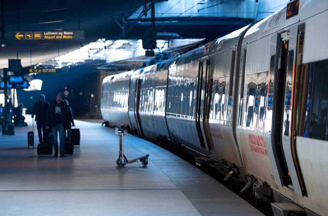 Gränsen mot Danmark är stängd, men Öresundståg får fortsatt rulla ända in till centralstationen i Köpenhamn. Personer med giltigt skäl kan fortfarande komma in i landet.