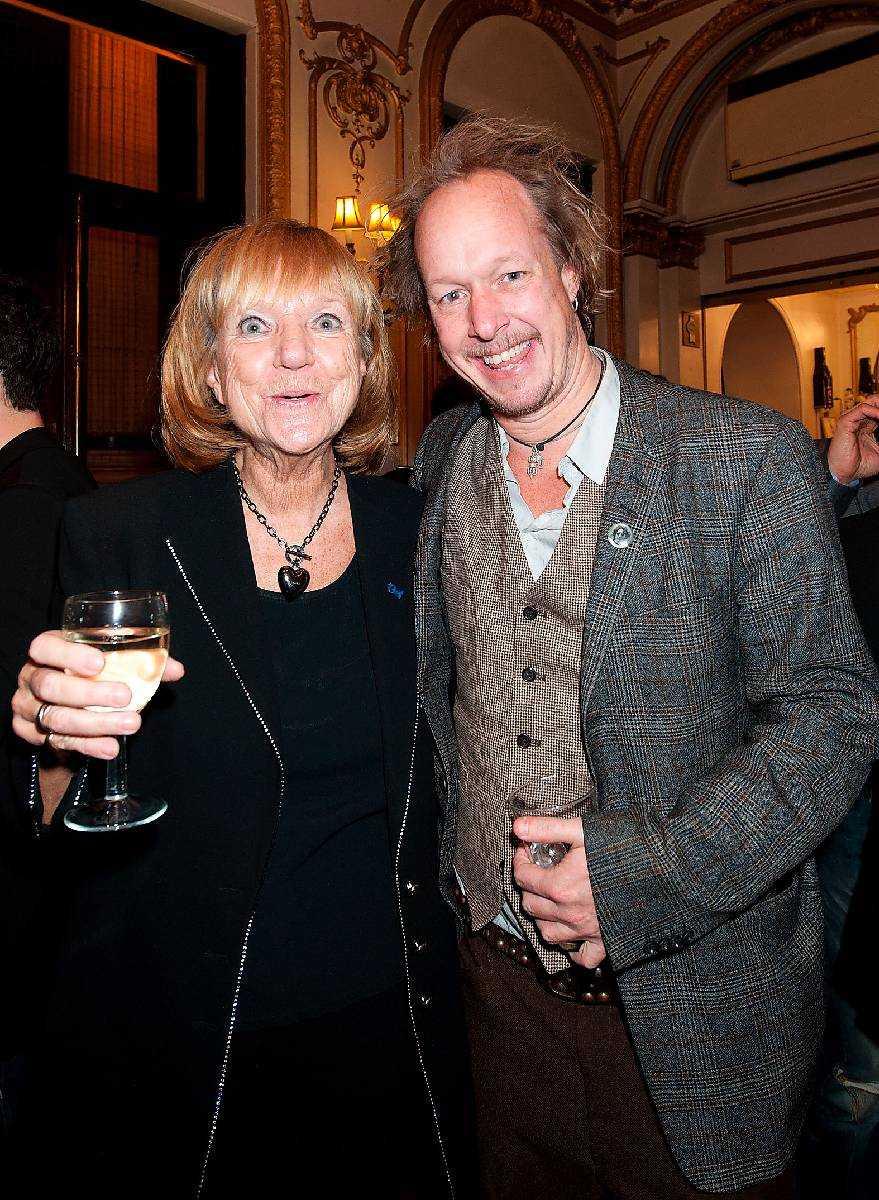 Vicky von der Lancken, teaterproducent med sonen Johan – Han var så strålande, jag har knottror över hela kroppen. Det är så stort att han får göra det här när det är 25-årsjubileum, säger von der Lancken.