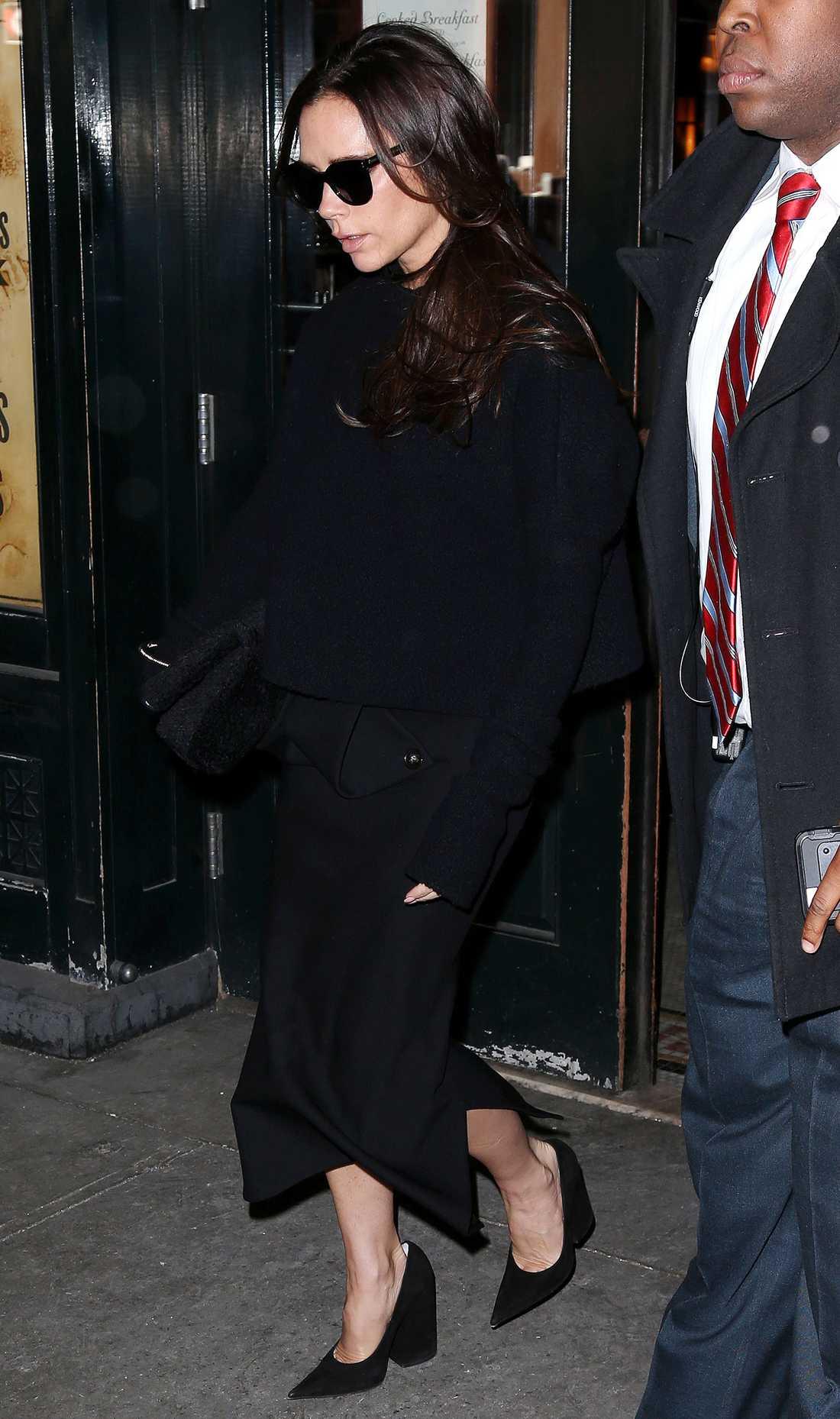 Victoria Beckham Victoria Beckham i helsvart och mörka solglasögon precis så som vi brukar se henne.