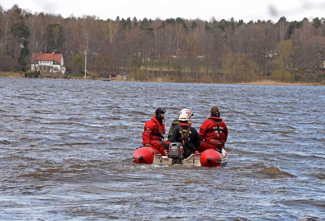 Det var ett stort räddningspådrag vid Kungshamn i Knivsta kommun efter att en hel familj hamnat i vattnet.