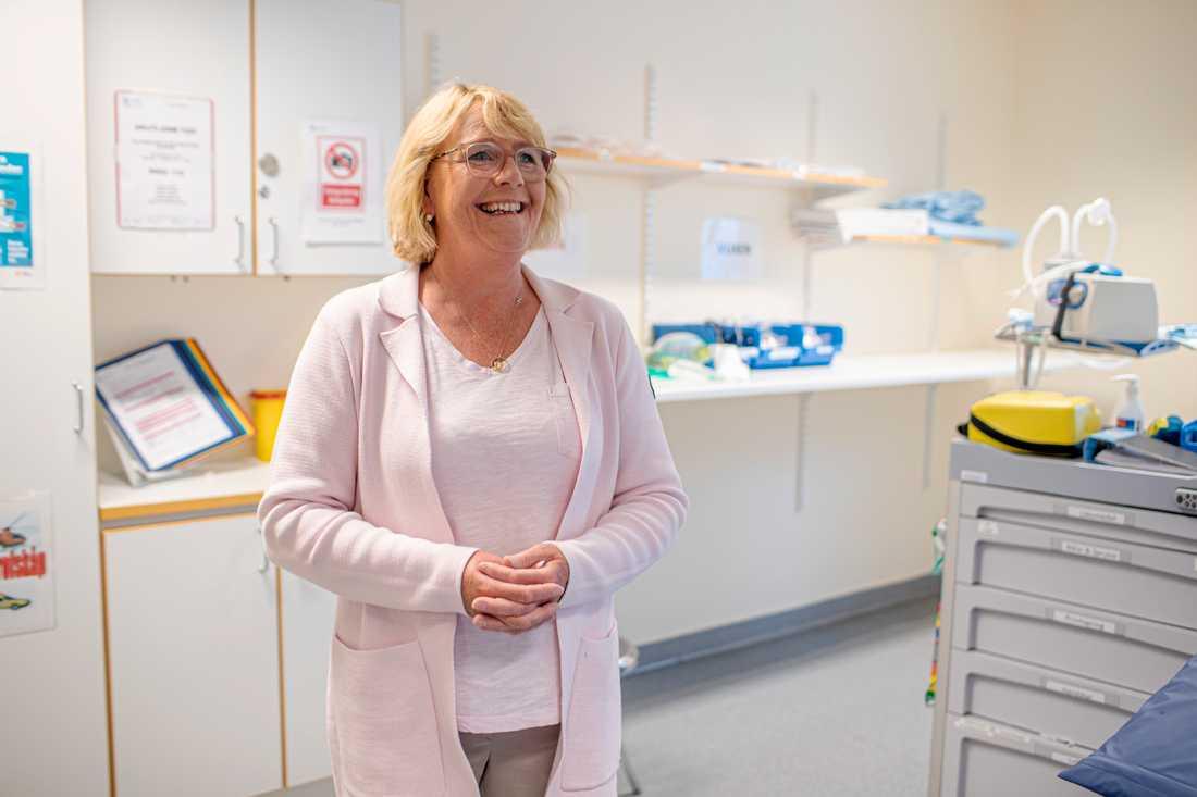 Irene Svenonius finanslandstingsråd i Stockholms län besöker Nacka närsjukhus.