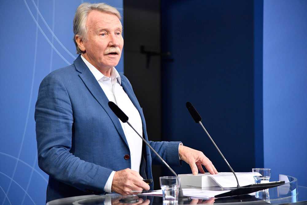 Ilmar Reepalu har lämnat över den 860 sidor tjocka Välfärdsutredningen till regeringen.