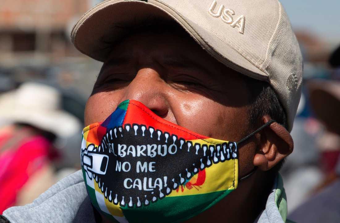 """En demonstrant i El Alto bär en mask med texten """"Masken tystar inte mig!"""" under en protest mot att valet skjutits upp igen."""