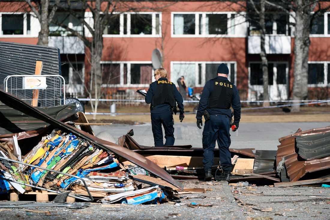 En person har skadats i en kraftig explosion vid en butik på Kvarntorget i centrala Uppsala. Bombskyddet har undersökt platsen.