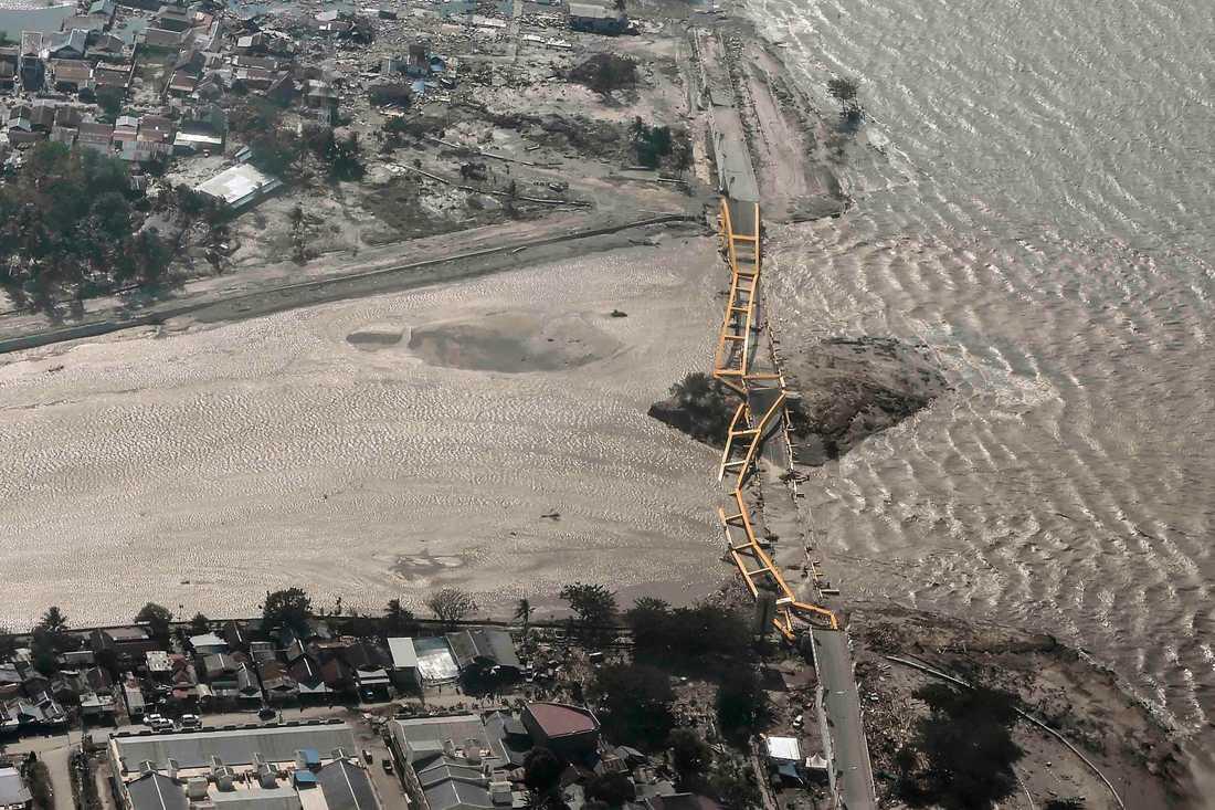Bron närmast havet över Palu River har helt kollapsat.