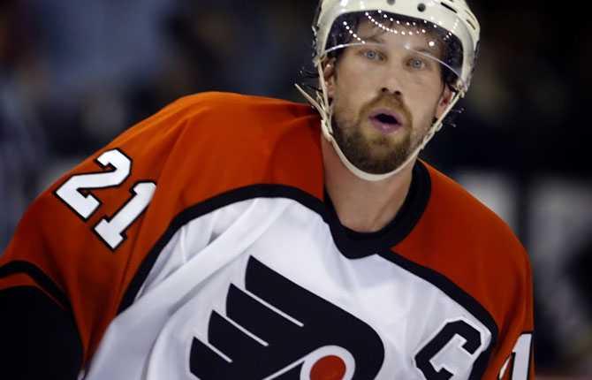 KAPTEN FORSBERG Inför säsongen 2006/07 utsågs Peter till kapten för Flyers.