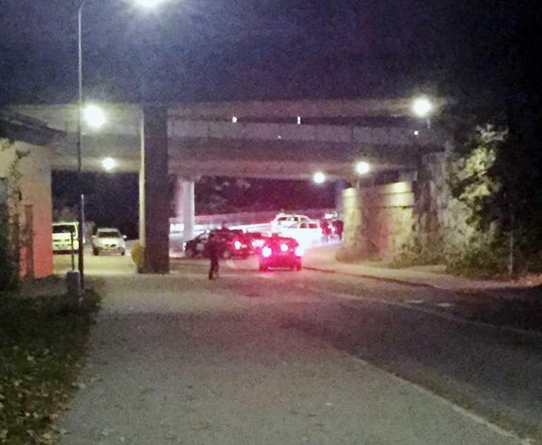 Poliskontroll på Tranebergsbron. En polisbil som stod parkerad en bit bort blev stulen av en man i 20-årsåldern.