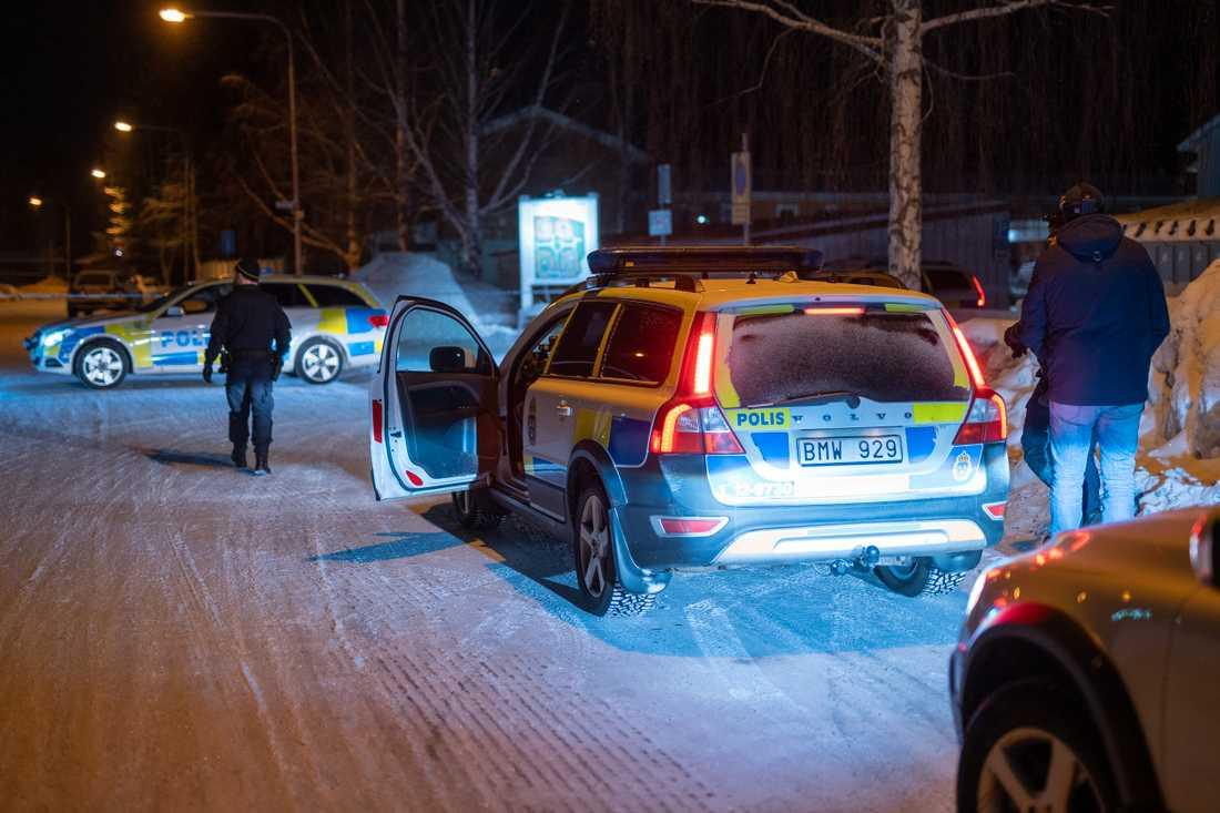 Polisen har spärrat av stora delar av Östra Ersboda efter att flera hittats skjutna.