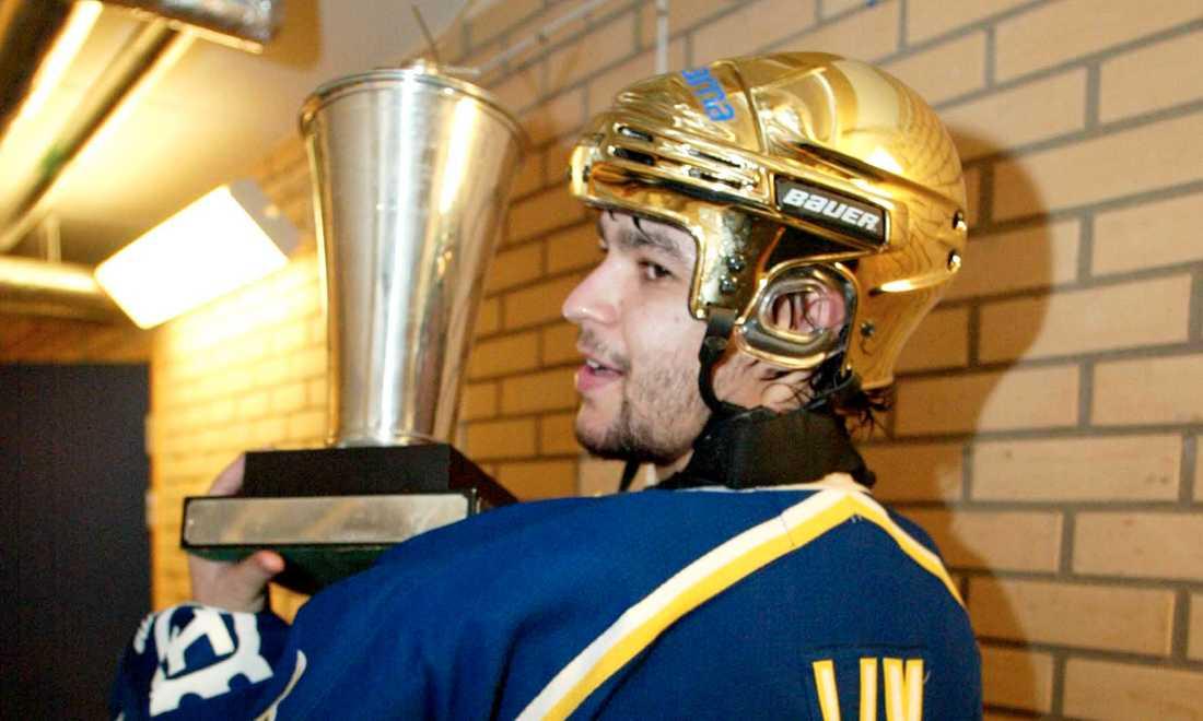 2004 vann HV 71 SM-guld. Här håller Stefan Liv i SM-bucklan.