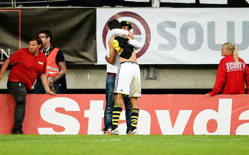 TACK FÖR LÅNET Celso Borges lämnar tillbaka sin matchtröja till supportern Luis efter matchen.